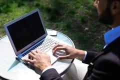 Bloggeren monterar videoen på bärbara datorn Fotografering för Bildbyråer