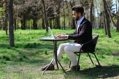 Bloggeren monterar videoen på bärbara datorn Royaltyfria Bilder