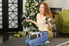 Bloggerfrau breiten Geschenke für Foto aus Lizenzfreie Stockbilder