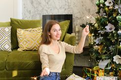 Bloggerfrau breiten Geschenke für Foto aus Stockfotografie