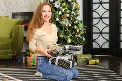 Bloggerfrau breiten Geschenke für Foto aus Lizenzfreies Stockbild