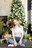 Bloggerfrau breiten Geschenke für Foto aus Stockfoto