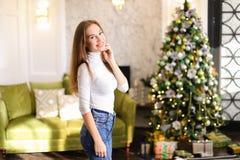 Bloggerfrau breiten Geschenke für Foto aus Stockbild