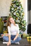 Bloggerfrau breiten Geschenke für Foto aus Lizenzfreie Stockfotos