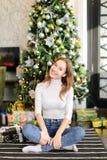 Bloggerfrau breiten Geschenke für Foto aus Stockbilder