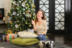 Bloggerfrau breiten Geschenke für Foto aus Lizenzfreies Stockfoto