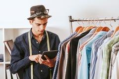 Bloggerkäufer in der Textilwerkstatt Lizenzfreie Stockfotos