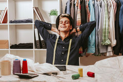 Bloggerkäufer in der Textilwerkstatt Lizenzfreie Stockfotografie