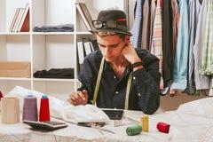 Bloggerkäufer in der Textilwerkstatt Lizenzfreies Stockfoto