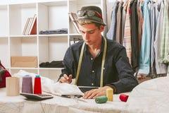 Bloggerkäufer in der Textilwerkstatt Stockfotografie