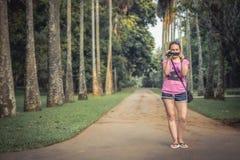 Bloggerreisend-Schießenvideo auf Videokamera für Videoblog während der Reise lizenzfreie stockbilder