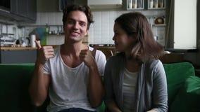 Bloggers adolescentes divertidos felices que registran el vlog que habla mirando la cámara metrajes