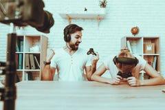 Bloggers, die ein Videospiel auf Konsole spielen stockfoto