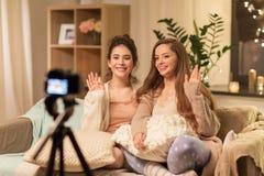 Bloggers féminins avec la vidéo à la maison de enregistrement d'appareil-photo photo libre de droits