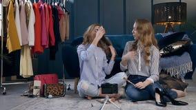 Bloggers femeninos hermosos de la belleza que registran el vídeo sobre cuidado diario sobre ellos mismos metrajes