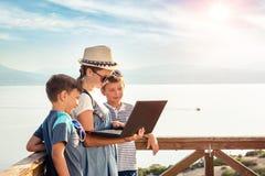Bloggers jovenes en la playa imagen de archivo libre de regalías