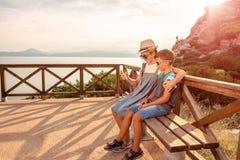 Bloggers novos na praia Lugares pitorescos de Grécia imagem de stock royalty free