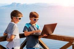 Bloggers novos na praia Lugares pitorescos de Gr?cia imagens de stock royalty free