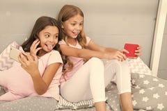Bloggers pequenos do smartphone das meninas Entretenimento em linha Explore a rede social Smartphone para o entretenimento Mi?dos fotografia de stock
