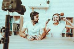 Bloggers que juegan a un videojuego en la consola fotografía de archivo
