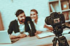 Bloggers robią wideo o biznesie zdjęcia stock
