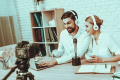 Bloggers robią wideo z mikrofonem fotografia stock