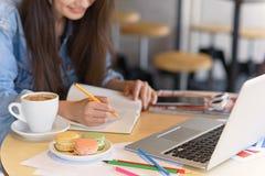 Bloggerschreiben in ihrem Papiertagebuch Lizenzfreie Stockbilder