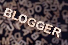 Bloggertext in den hölzernen Buchstaben auf Winkel Lizenzfreie Stockfotografie