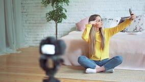 Blogging,技术、videoblog、大众传播媒体和人概念-愉快的微笑的妇女或博客作者有照相机录音的 影视素材