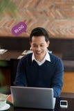 Blogging über Laptop Stockfoto