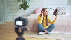 Blogging, технология, videoblog, средства массовой информации и концепция людей - счастливые усмехаясь женщина или блоггер с запи акции видеоматериалы