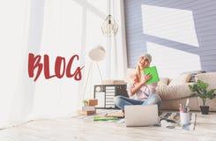 Blogging allegro della donna in suo appartamento Fotografia Stock Libera da Diritti