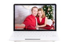 Blogging begrepp - härligt par av bloggers på bärbar datorstenras Arkivfoton