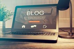 Blogging Blogwort-Kodiererkodierung unter Verwendung des Laptops Lizenzfreie Stockfotografie