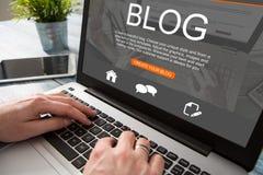 Blogging Blogwort-Kodiererkodierung unter Verwendung des Laptops Stockbild
