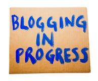 Blogging in corso sul cartello Fotografie Stock Libere da Diritti