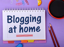 Blogging em casa projeto com bloco de notas Imagem de Stock Royalty Free