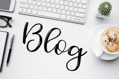 Blogging, idee di concetti del blog con il worktable Fotografia Stock