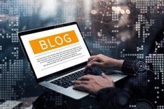 Blogging, ideias dos conceitos do blogue com mão masculina usando o portátil imagens de stock