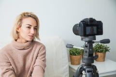 Blogging Konzept Junger weiblicher Blogger nahe bei Videokamera zu Hause Lizenzfreie Stockfotos