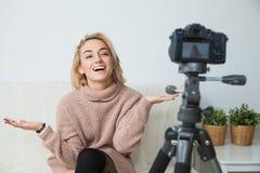 Blogging Konzept Junger weiblicher Blogger nahe bei Videokamera zu Hause Stockfotografie