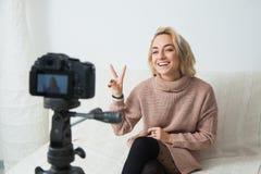 Blogging Konzept Junges weibliches vlogger nahe bei Videokamera zu Hause Stockfotografie
