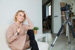 Blogging Konzept Junges weibliches vlogger nahe bei Videokamera zu Hause Lizenzfreie Stockfotos