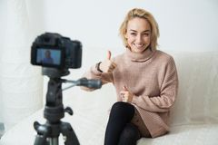 Blogging Konzept Junges weibliches vlogger nahe bei Videokamera zu Hause Stockbilder