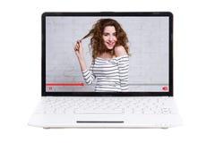 Blogging Konzept - Laptop mit schönem Mädchen Blogger auf Schirm Stockfoto