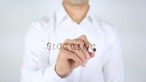 Blogging, Mann-Schreiben auf dem Glas, handgeschrieben Lizenzfreies Stockbild