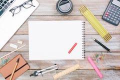 Blogging oder Konzept flache Lage mit Stift und Papier schreibend Stockfotografie