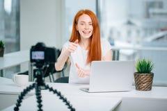 Blogging, technologie, videoblog, massamedia en mensenconcept royalty-vrije stock foto's