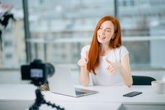 Blogging, Technologie, videoblog, Massenmedien und Leutekonzept Lizenzfreie Stockfotografie