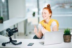 Blogging, Technologie, videoblog, Massenmedien und Leutekonzept Stockbilder